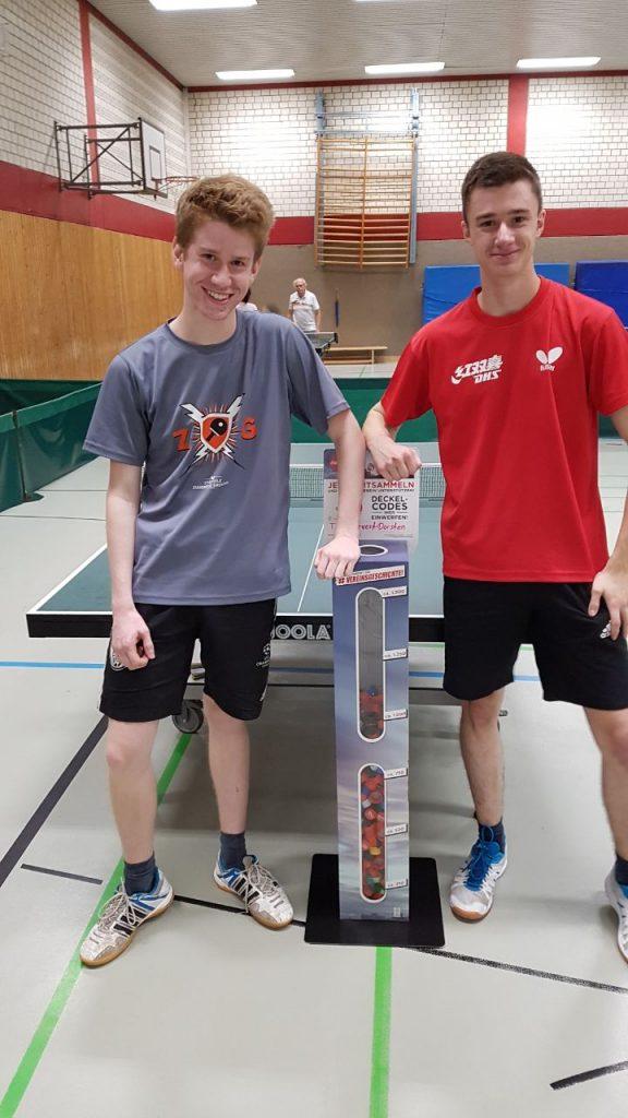 Philip Synofzik (l) und Dominik Hensen (r) sammeln Deckel beim Training.